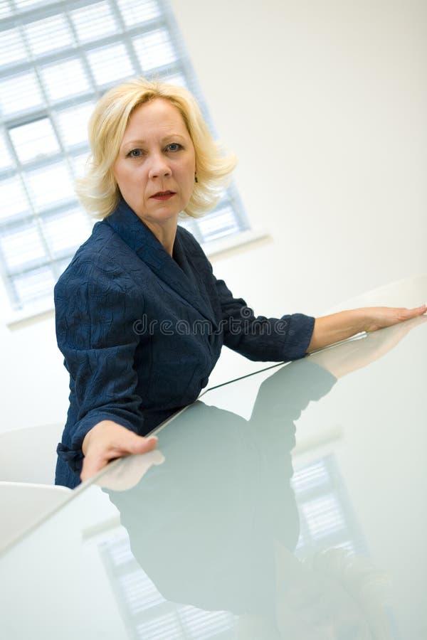 Mulher de negócios envelhecida média fotos de stock royalty free