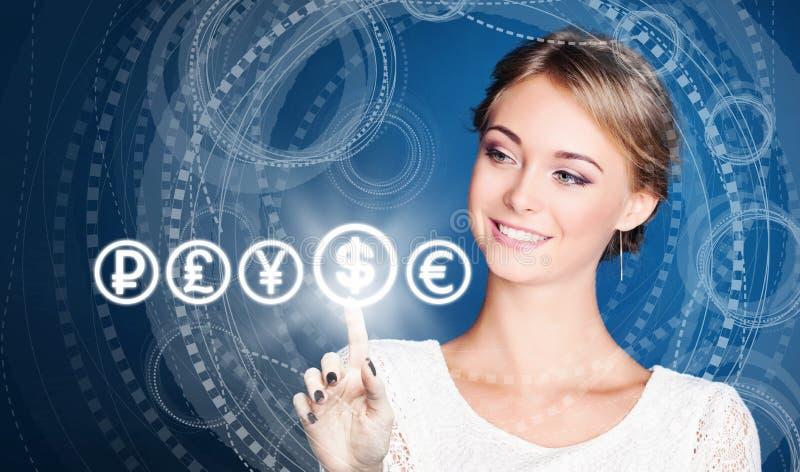 A mulher de negócios escolhe à moeda do dólar dos EUA em alto - fundo da tecnologia foto de stock royalty free