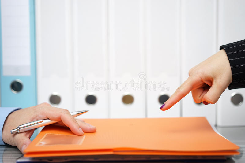 A mulher de negócios está apontando com o dedo ao trabalho inacabado para ser d fotos de stock