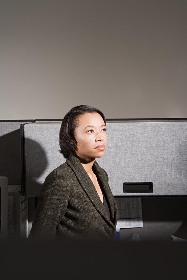 Mulher de negócios estada no escritório imagem de stock