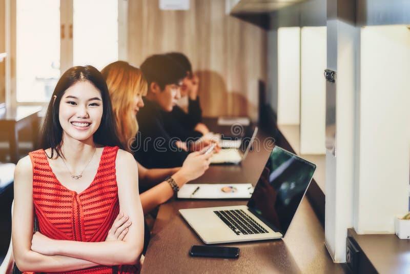 Mulher de negócios fêmea asiática bonita que veste um vestido vermelho com a imagens de stock royalty free