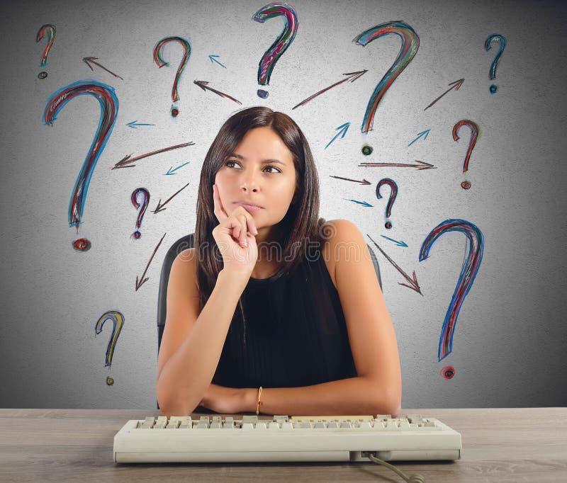 A mulher de negócios faz as perguntas imagem de stock