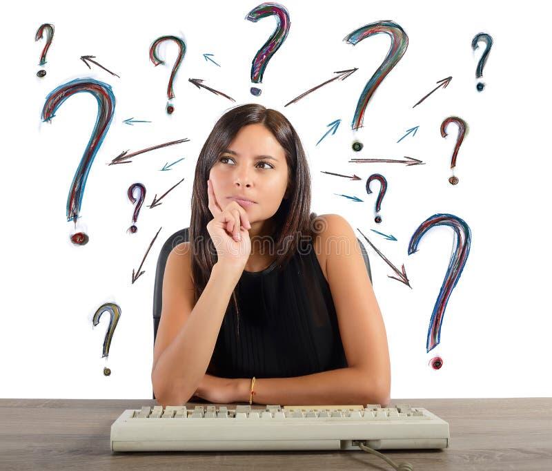 A mulher de negócios faz as perguntas imagem de stock royalty free