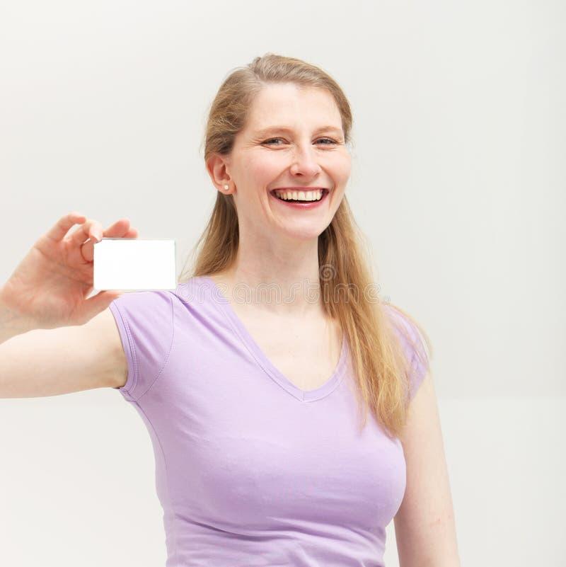 Mulher de negócios feliz confiável com cartão foto de stock royalty free