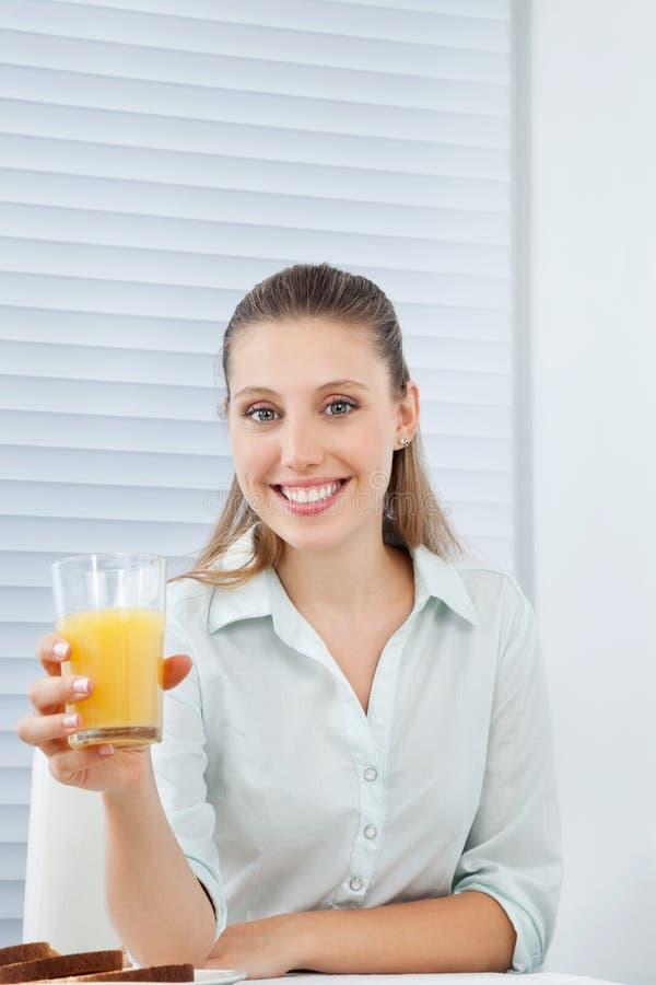 Mulher de negócios feliz Holding Orange Juice fotos de stock royalty free