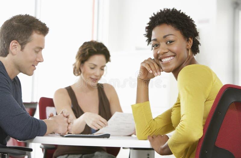 Mulher de negócios feliz In Meeting Room foto de stock royalty free