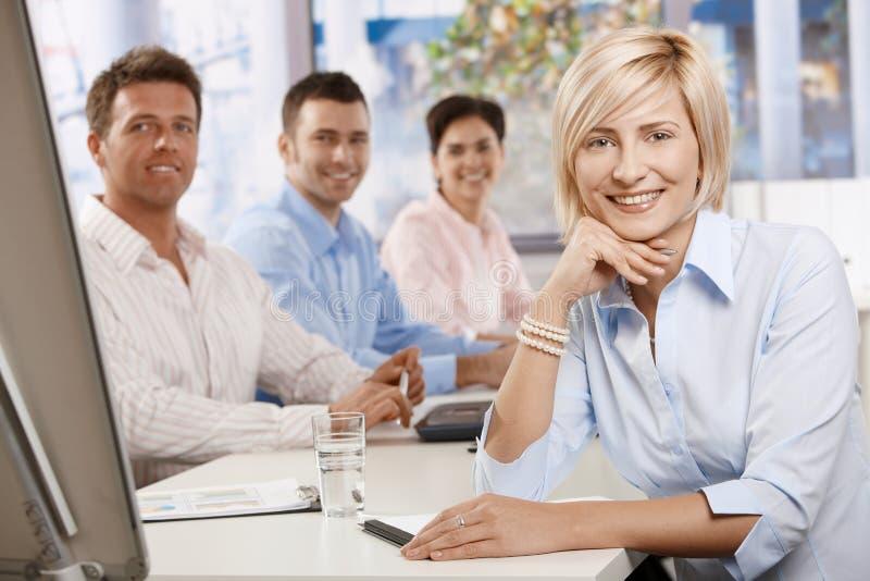Mulher de negócios feliz na sala de reuniões imagem de stock