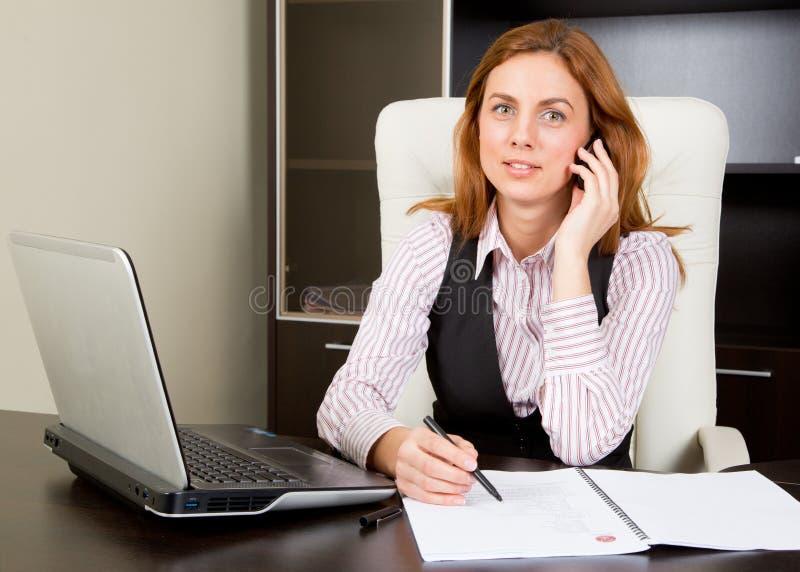 Mulher de negócios feliz no telefone imagens de stock royalty free