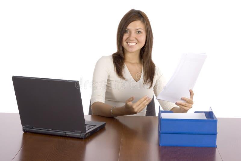 Mulher de negócios feliz que aponta o relatório imagens de stock