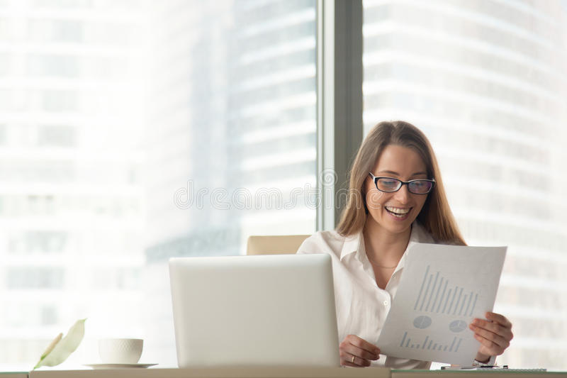Mulher de negócios feliz que guarda o relatório financeiro, apreciando a empresa s imagens de stock