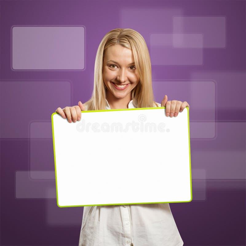 Mulher de negócios feliz que prende o cartão branco em branco imagens de stock royalty free