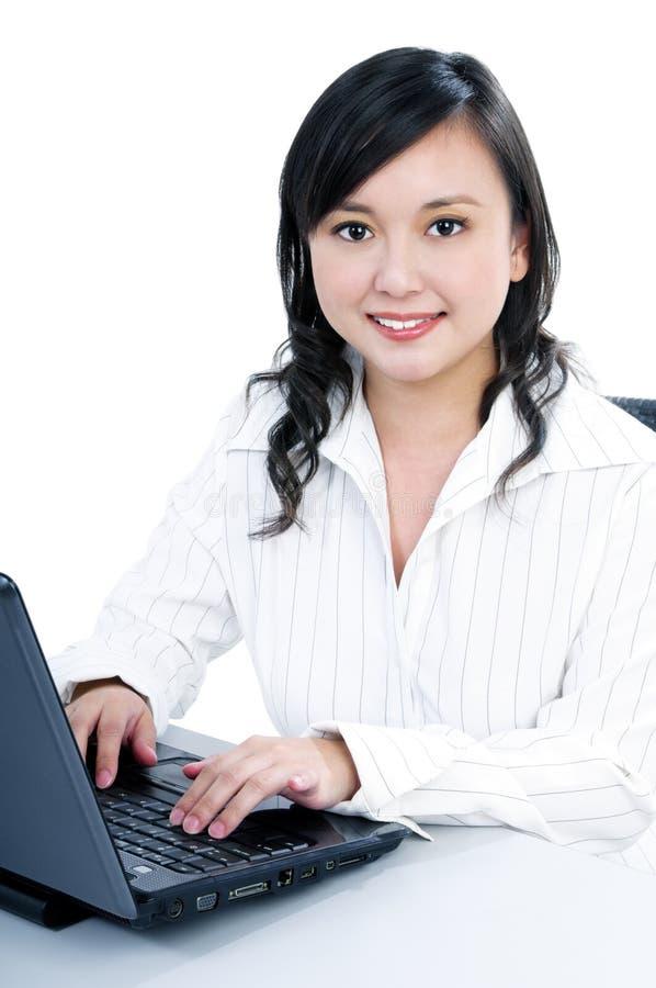 Mulher de negócios feliz que usa o portátil fotografia de stock royalty free