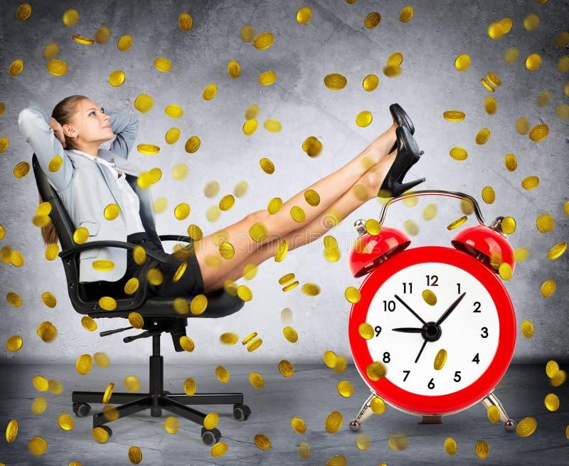 Mulher de negócios feliz sob a chuva da moeda foto de stock