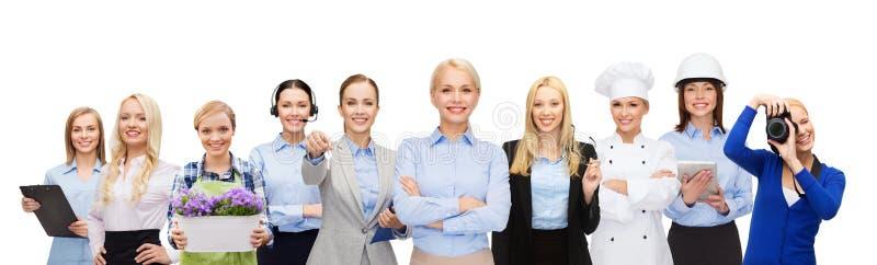 Mulher de negócios feliz sobre trabalhadores profissionais imagens de stock