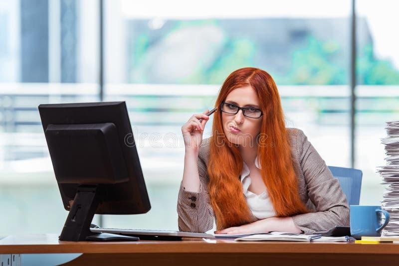 A mulher de negócios forçada com a pilha de papéis fotos de stock