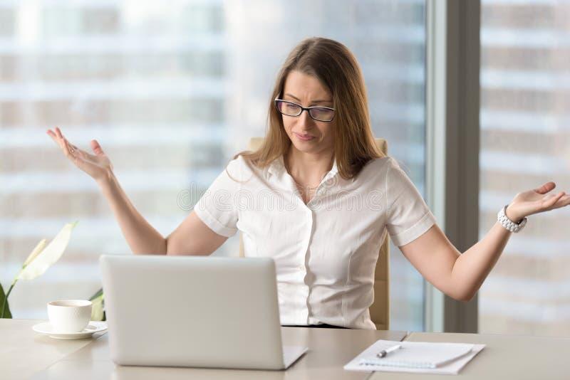 Mulher de negócios forçada indignante que tem o problema com portátil, COM imagem de stock