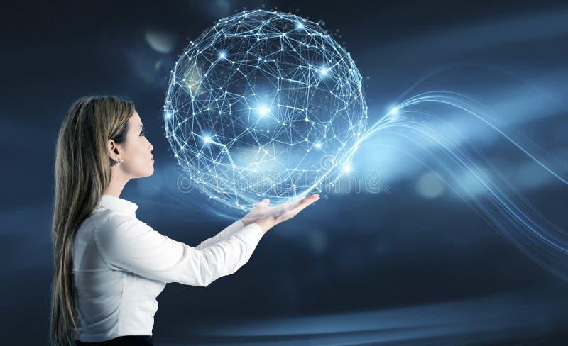 A mulher de negócios guarda um mundo abstrato com efeito da rede da conexão a Internet foto de stock royalty free