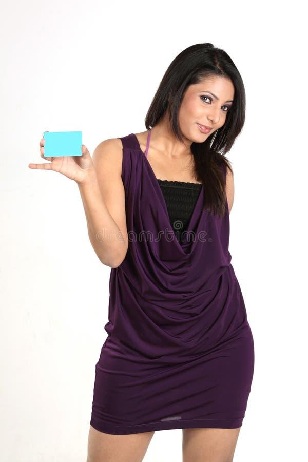Mulher de negócios indiana com cartão de crédito fotografia de stock royalty free