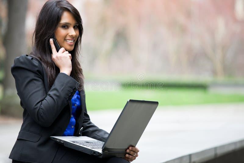 Mulher de negócios indiana com portátil imagens de stock royalty free