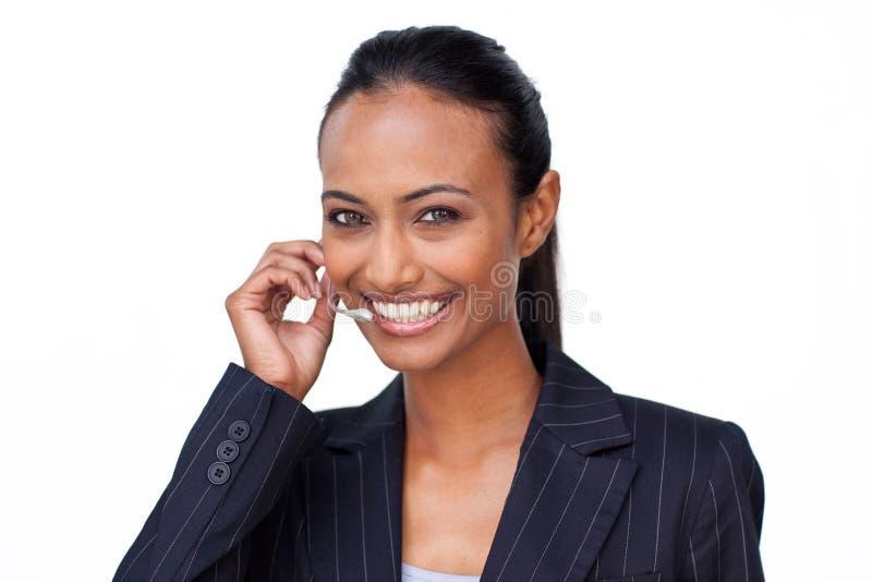 Mulher de negócios indiana que fala em uns auriculares imagens de stock royalty free