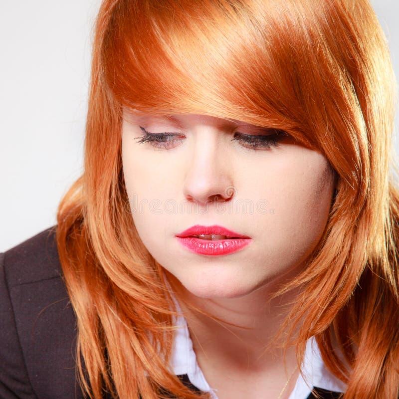 Mulher de negócios infeliz triste do retrato. Menina redhaired da cara do close up. imagem de stock royalty free
