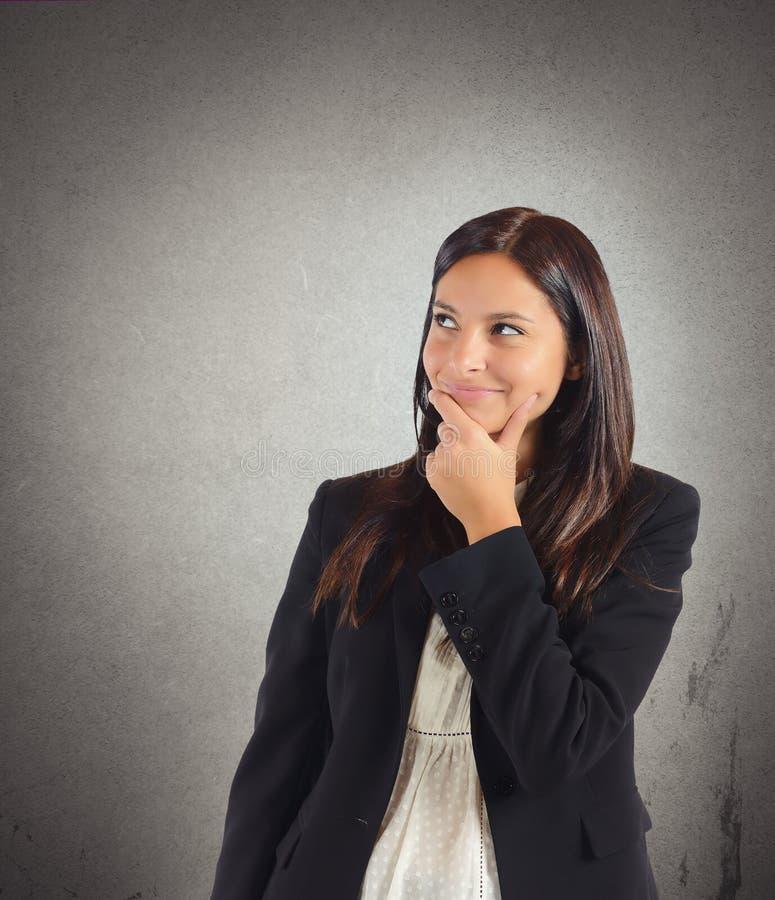 A mulher de negócios inventa a mentira foto de stock