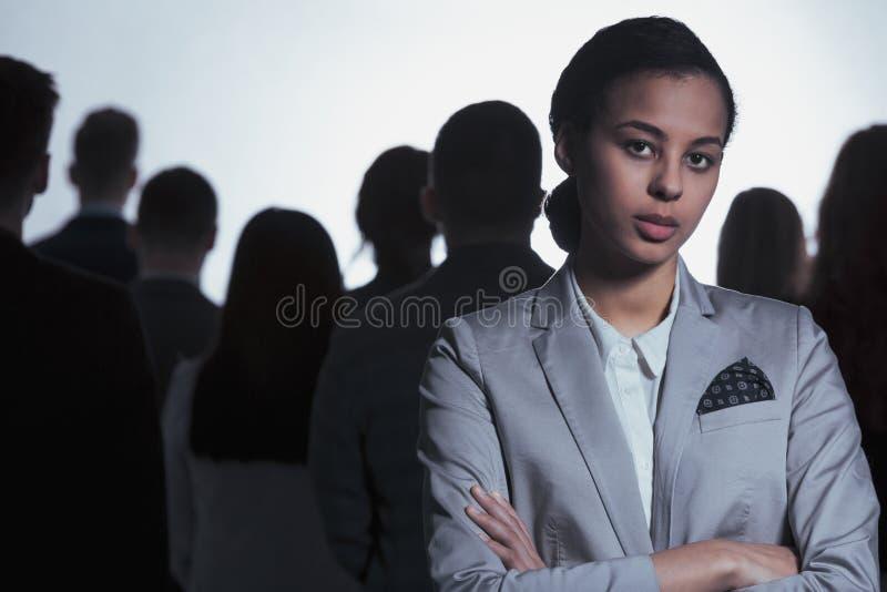 Mulher de negócios irritada na multidão fotos de stock royalty free