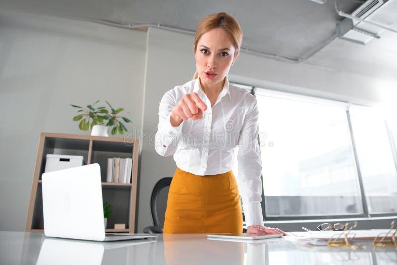 Mulher de negócios irritada que gesticula o braço in camera imagens de stock royalty free