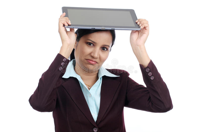 Mulher de negócios irritada que joga seu tablet pc imagem de stock