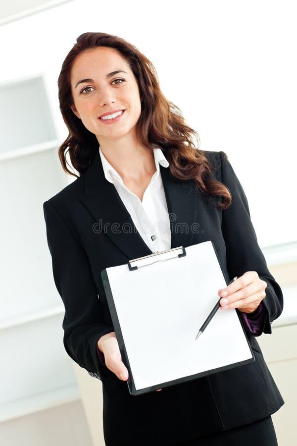 Mulher de negócios latino-americano carismática com prancheta fotos de stock royalty free
