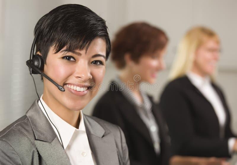 Mulher de negócios latino-americano com colegas atrás foto de stock
