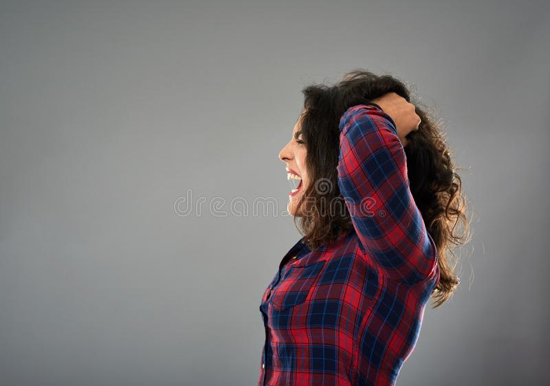 Mulher de negócios latino-americano louca que puxa seu cabelo imagens de stock royalty free