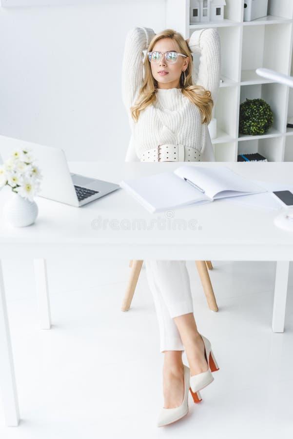 mulher de negócios loura à moda witting no local de trabalho na luz moderna imagem de stock royalty free