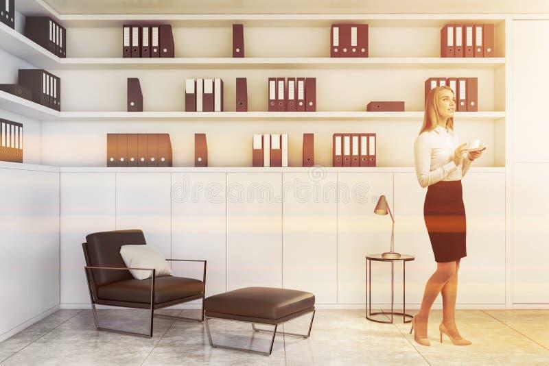 Mulher de negócios loura na sala de estar branca do escritório imagens de stock royalty free