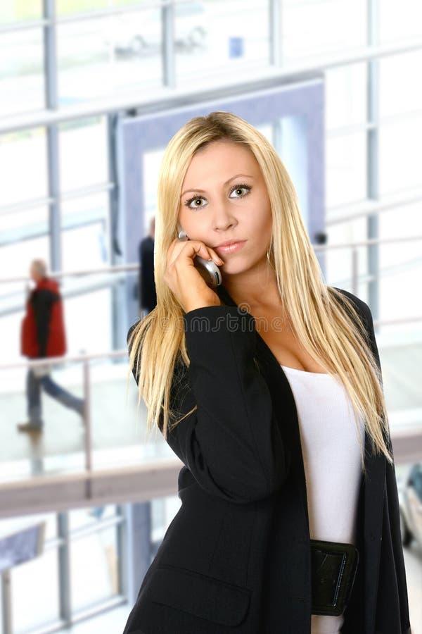Mulher de negócios loura no escritório imagem de stock