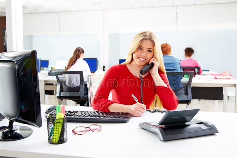 Mulher de negócios loura no escritório de trabalho do centro de atendimento fotografia de stock