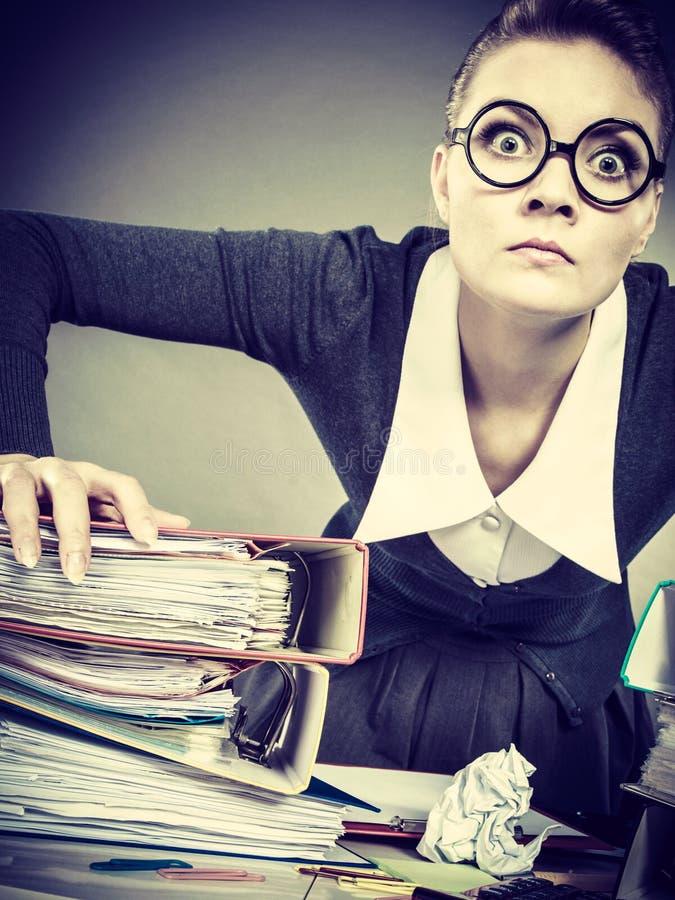 Mulher de negócios loura nova furioso irritada fotos de stock royalty free