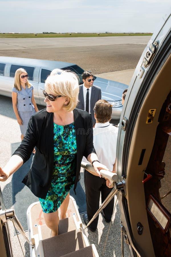 Mulher de negócios madura Boarding Private Jet fotos de stock
