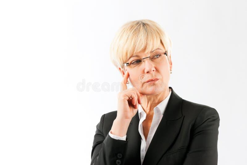 Mulher de negócios madura contemplada foto de stock royalty free