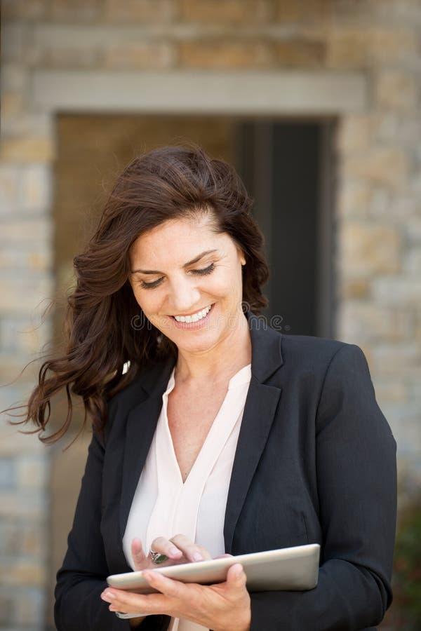 Mulher de negócios madura feliz no trabalho fotos de stock royalty free