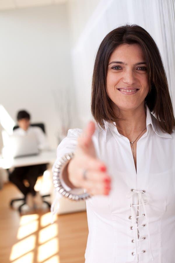 Mulher de negócios moderna em seu escritório imagem de stock royalty free