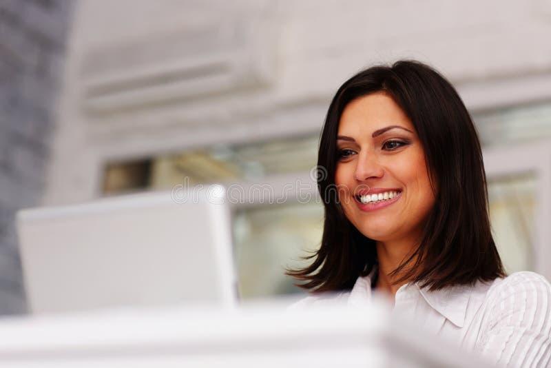 Mulher de negócios moreno que trabalha no laptop foto de stock royalty free