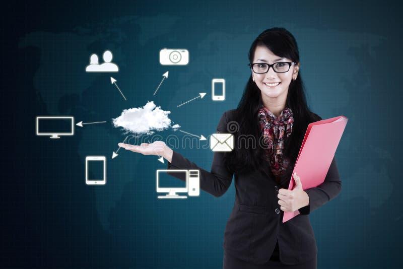 A mulher de negócios mostra o esquema de computação da nuvem imagem de stock