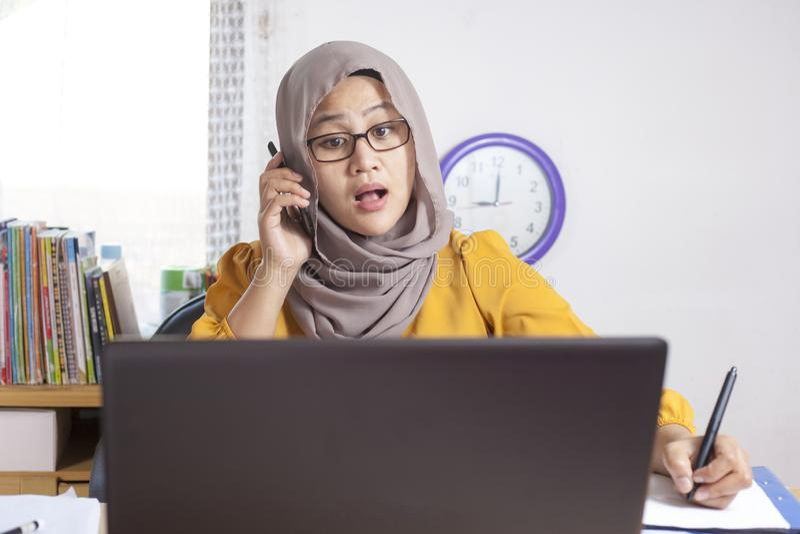 Mulher de negócios muçulmana ocupada Working no escritório foto de stock