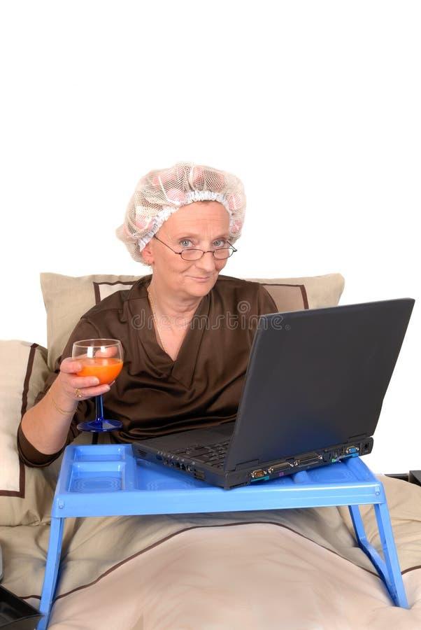 Mulher de negócios na cama, trabalhando imagens de stock