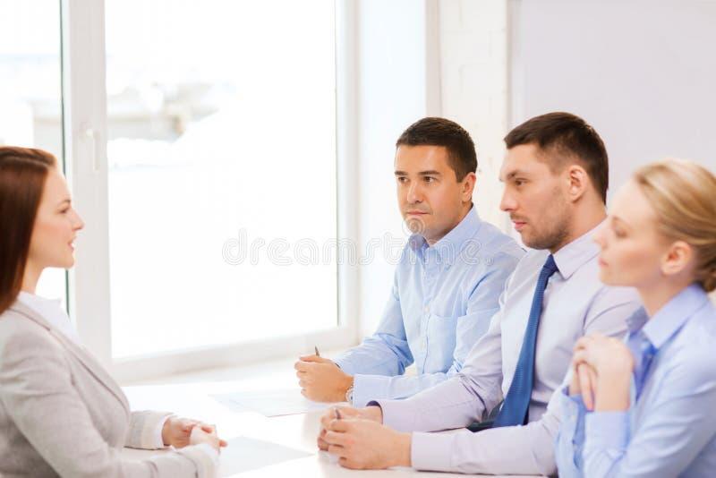 Mulher de negócios na entrevista no escritório imagens de stock