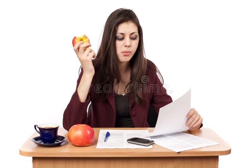 Mulher de negócios na pausa para o almoço fotos de stock royalty free