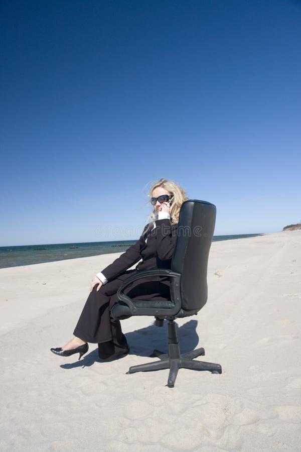 Mulher de negócios na praia fotografia de stock royalty free