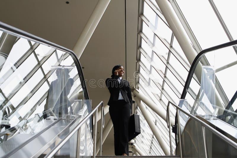Mulher de negócios nas escadas - horizontais foto de stock