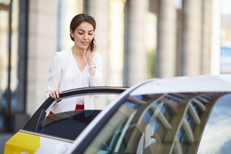 Mulher de negócios nas horas de ponta fotografia de stock royalty free